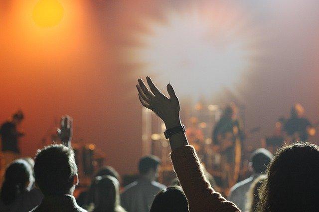 lidi na koncertě