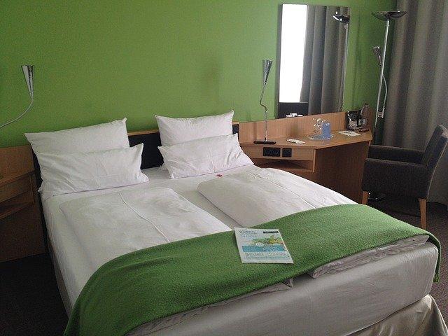 hotelová postel