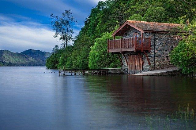 chata u jezera.jpg