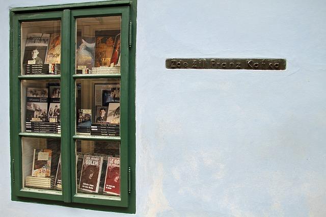 knihy v okně
