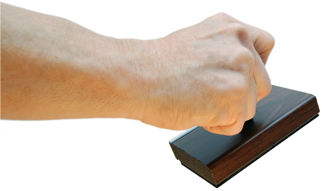 ruka držící razítko na bílém pozadí