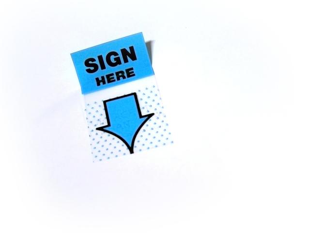 """lepík s """"podepište zde"""" nápisem"""